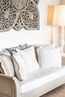 Подушки на диван украшение в интерьере гостиной