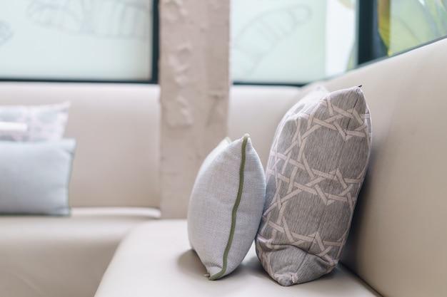 Подушки на украшение дивана в интерьере гостиной.