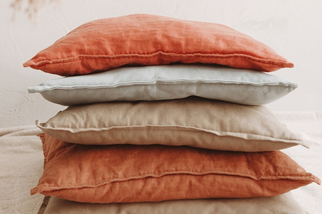 ミニマリストの美的インテリアデザインのさまざまな色と天然素材の枕