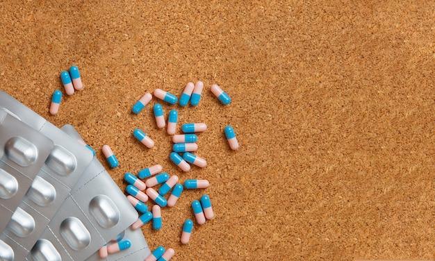 Таблетки и капсулы на столе