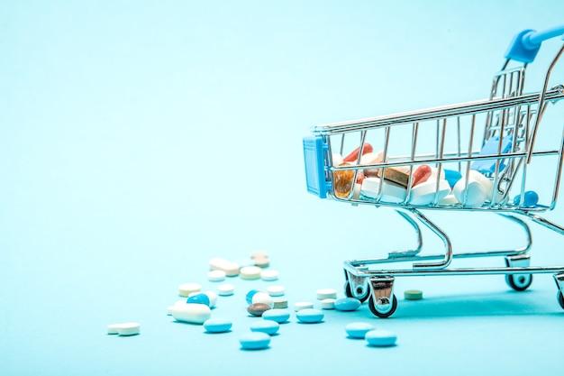 약과 파란색 배경에 쇼핑 트롤리