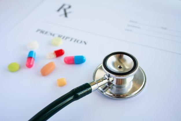 処方箋の丸薬と聴診器