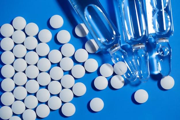 Таблетки и бутылки с водой