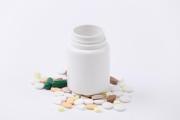 흰색 배경에 약 병을 닫습니다.