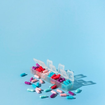 Коробки таблетки на синем фоне