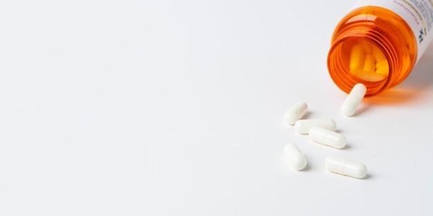 Таблетки от вирусного заболевания, разлитые из бутылки