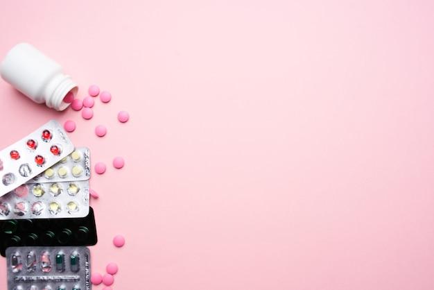 패키지 의약품 상위 뷰 분홍색 배경 의학의 알약입니다. 고품질 사진