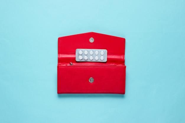 青色の背景に赤い財布の丸薬
