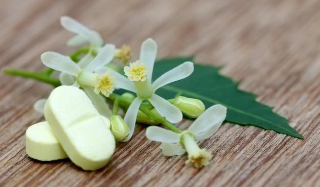 약용 님 잎과 꽃으로 만든 알약
