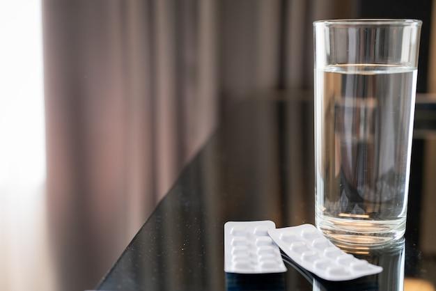 Таблетки медицины таблетки и стакан воды, концепция восстановления здравоохранения и медицины