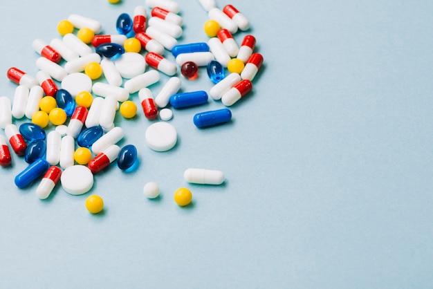 異なる色の丸薬