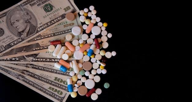 블랙에 고립 된 달러 돈에 약