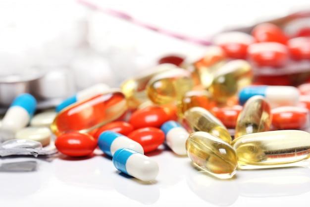 Таблетки над белым