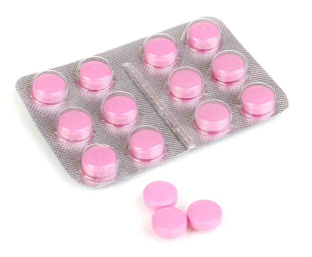 Таблетки, упакованные в блистер, изолированные на белом фоне