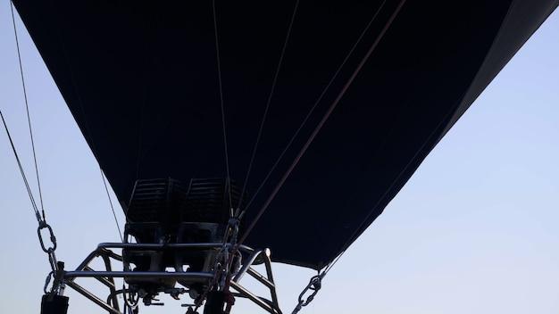 Пилот регулирует пламя на аэростате надувание воздушного шара надувания надувания воздушных шаров