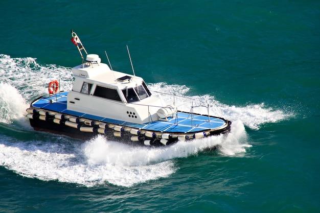 Лоцманский катер в действии в средиземном море
