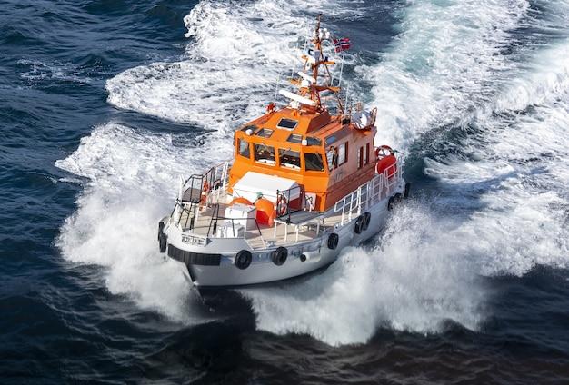 ノルウェーの晴れた日に動いているパイロットボート