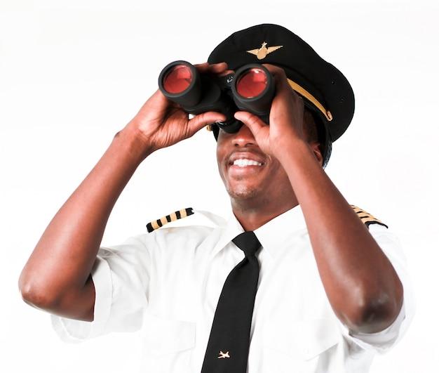 双眼鏡を見ているパイロット