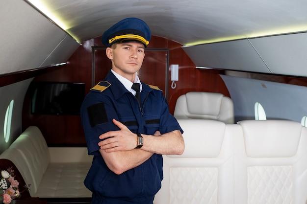 Пилот на борту самолета в салоне частного самолета, летящего с комфортом.