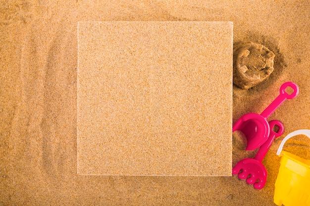 Pin board vicino al set di giochi di sabbia