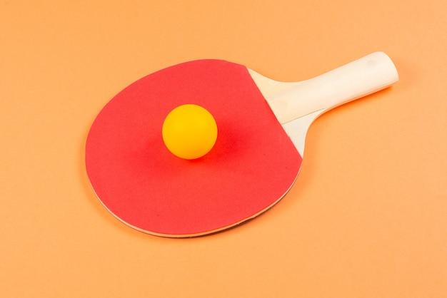オレンジ色の背景にピンポン。上面図。