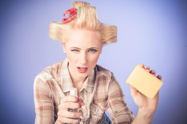 Приколите винтажную девушку. красивая женщина кинозвезды стиль портрет в ретро платье и уборка conecpt