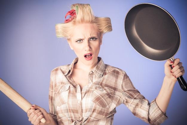 Приколите винтажную девушку. красивая женщина стиль кинозвезды портрет в ретро платье и кухонный утенисил