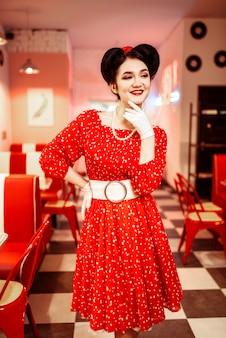 Приколите женщину в красном платье с белыми точками