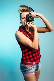 ヴィンテージカメラで写真を撮る女性をピンナップ