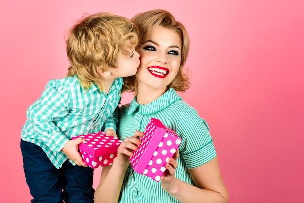 Приколите женщину с маленьким мальчиком и сыном, целуя мать день матери прикалывайте женщину в зеленом платье держит
