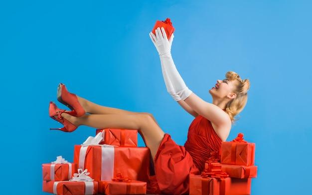 Приколите женщину с подарком коробки с новым годом счастливая девушка с подарками ретро женщина лежит в настоящем
