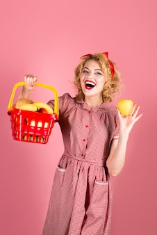 Приколите женщину с корзиной покупок прикалывайте женщину на торговом супермаркете распродажа скидка черный