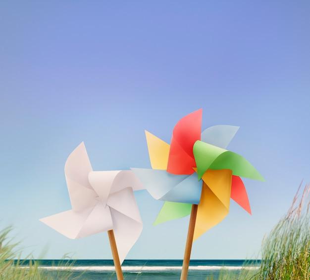 Концепция катания на летних каникулах pin wheel beach