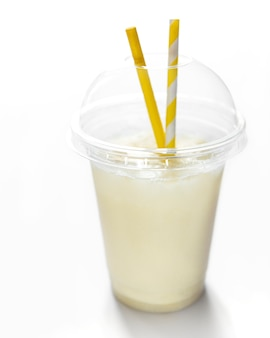 Пина колада свежий алкогольный коктейль подается холодным с кокосом и бананом на белой поверхности