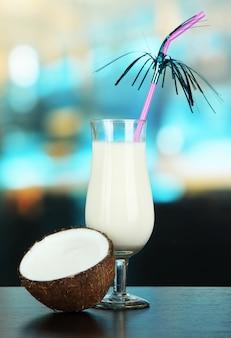 Напиток пина колада в бокале для коктейля, на ярком