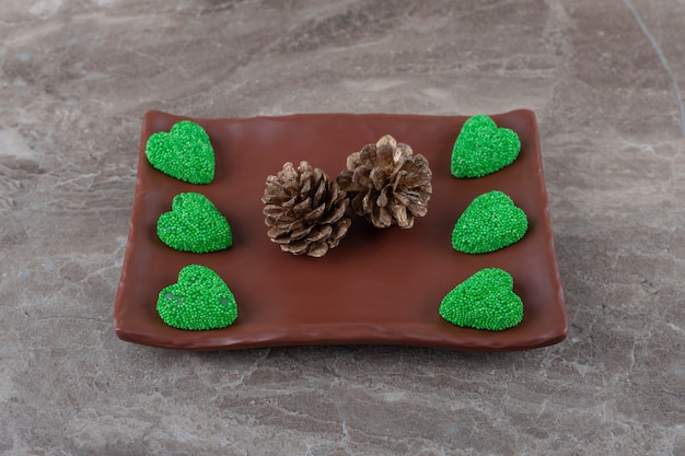 大理石の表面のプレート上の松とクッキー