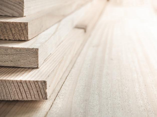 松板折り畳みスタック。大工仕事。木板は互いに折り畳まれました。