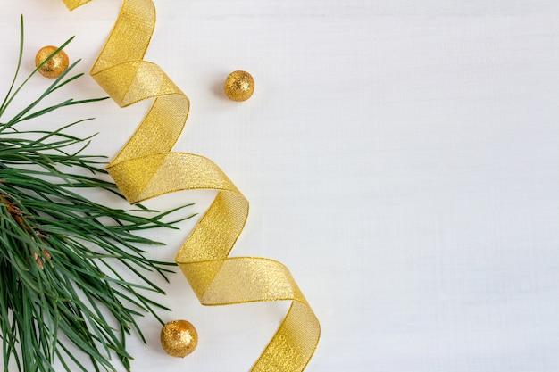 Сосновые ветки с лентами и шарами на рождество