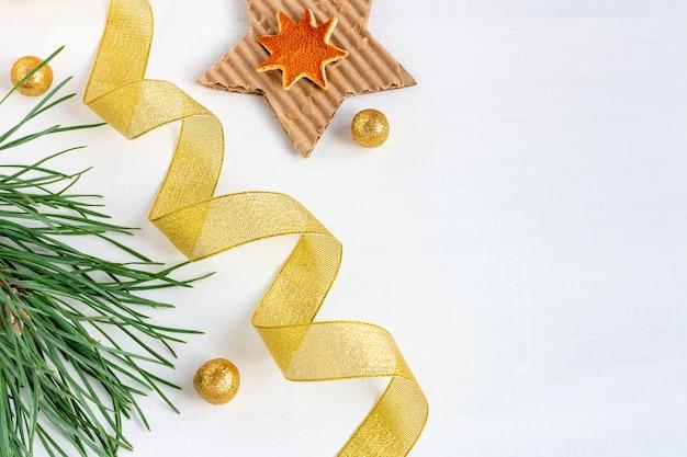 Сосновые ветки с лентами и звездами на рождество