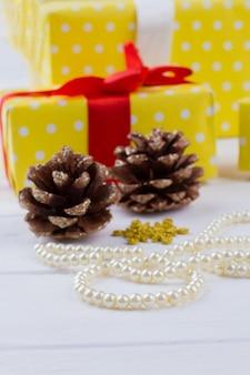 소나무 콘 진주 목걸이 및 선물 상자 크리스마스 휴일 장식 축제 휴일 분위기