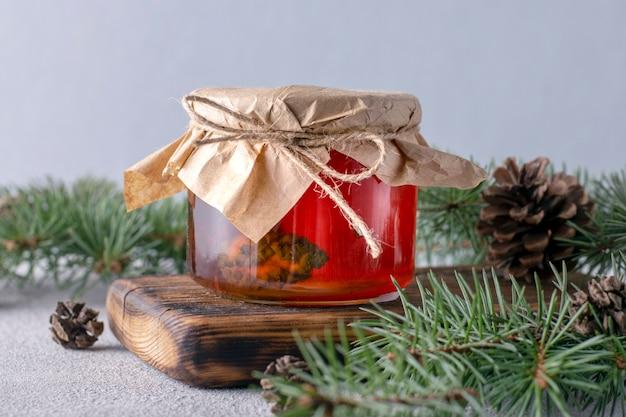 木の板のガラスの瓶に松ぼっくりシロップ