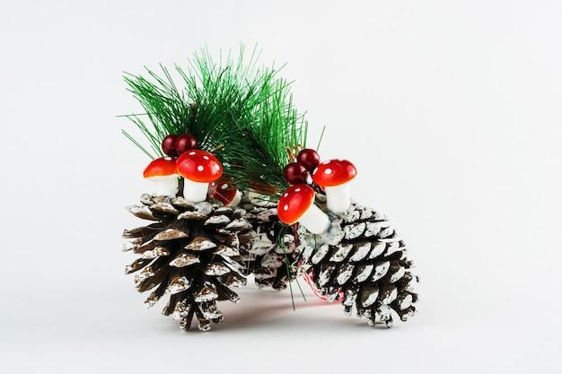 Сосновые шишки, грибы и растения, изолированные на белом фоне. рождественский орнамент. выборочный фокус.