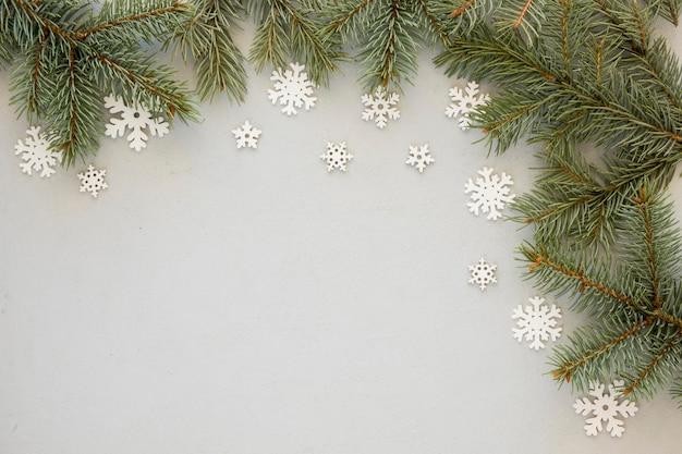 Aghi di pino su sfondo di fiocchi di neve