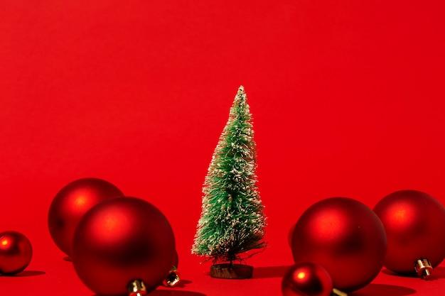 붉은 벽에 빨간색 크리스마스 볼 소나무