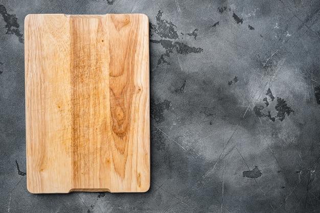 회색 석재 테이블 배경에 있는 소나무 절단 보드 세트, 위쪽 뷰 플랫 레이, 텍스트 또는 제품을 위한 복사 공간