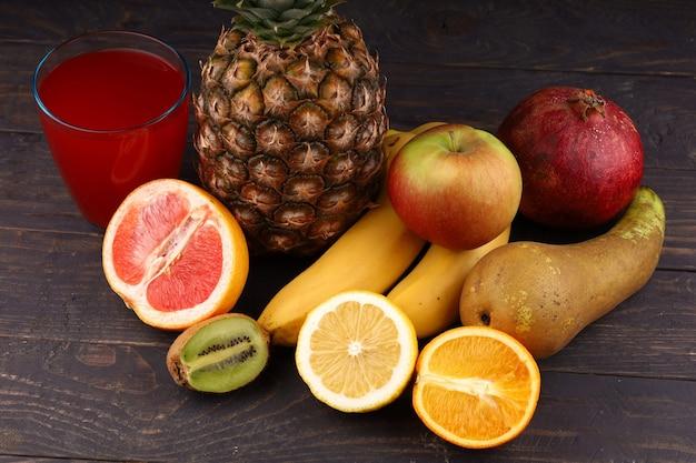 Ананас и экзотические фрукты с соком