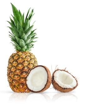 파인애플과 등분 된 코코넛 클리핑 패스와 함께 흰색 표면에 고립.