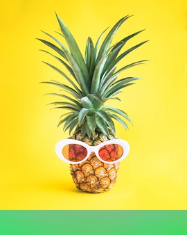 パイナップルとカラフルな背景にサングラス