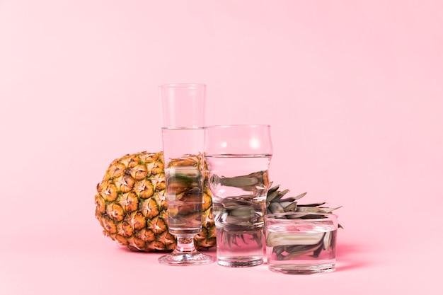 水の容器の後ろにパイナップル