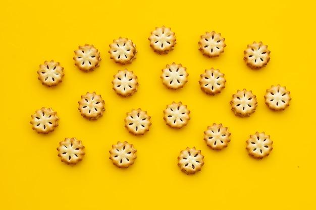 黄色いテーブルにパイナップルビスケット。